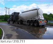 Купить «Грузовая машина стоит на дороге», эксклюзивное фото № 310711, снято 4 июня 2008 г. (c) lana1501 / Фотобанк Лори