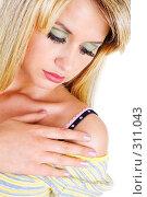 Купить «Девушка оголила свое плечо», фото № 311043, снято 18 мая 2008 г. (c) Владимир Сурков / Фотобанк Лори