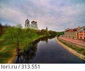 Купить «Кром и река Пскова. Псков», фото № 313551, снято 27 мая 2018 г. (c) Liseykina / Фотобанк Лори