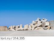 Купить «Бетонное ограждение в порту», фото № 314395, снято 3 мая 2008 г. (c) Галина Лукьяненко / Фотобанк Лори