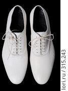 Купить «Белые туфли на черном фоне», фото № 315243, снято 29 мая 2007 г. (c) Илья Лиманов / Фотобанк Лори
