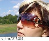 Купить «Девушка в солнцезащитных очках», фото № 317263, снято 19 февраля 2018 г. (c) ElenArt / Фотобанк Лори