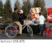 Купить «Уличная торговля  игрушками», эксклюзивное фото № 318475, снято 27 апреля 2008 г. (c) lana1501 / Фотобанк Лори
