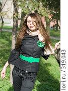 Купить «Симпатичная девушка у дерева», фото № 319043, снято 13 апреля 2008 г. (c) Сергей Сухоруков / Фотобанк Лори