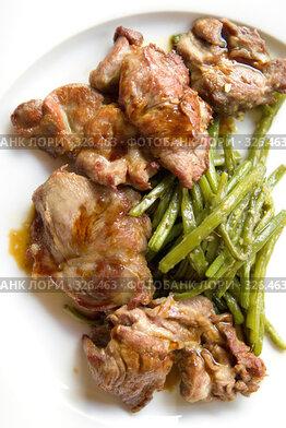 Купить «Жареное куриное мясо с зеленой фасолью, кунжутом и соусом на белом блюде в ресторане», фото № 326463, снято 13 июня 2008 г. (c) Татьяна Белова / Фотобанк Лори