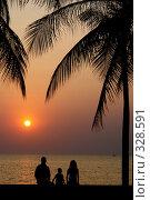 Купить «Семья на закате. Пейзаж», фото № 328591, снято 21 февраля 2018 г. (c) Гладских Татьяна / Фотобанк Лори