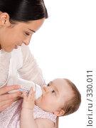 Купить «Молодая мама кормит своего ребенка молочной смесью», фото № 330011, снято 9 мая 2008 г. (c) Вадим Пономаренко / Фотобанк Лори