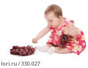 Купить «Ребенок с виноградом», фото № 330027, снято 9 мая 2008 г. (c) Вадим Пономаренко / Фотобанк Лори