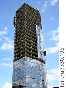 Купить «Остекление офисной высотки. Строительство», фото № 330195, снято 21 июня 2008 г. (c) Наталья Белотелова / Фотобанк Лори