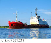 Купить «Малое грузовое судно идет вдоль берега», эксклюзивное фото № 331219, снято 23 мая 2019 г. (c) Самохвалов Артем / Фотобанк Лори