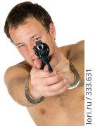 Купить «Мужчина с револьвером и в наручниках», фото № 333631, снято 2 мая 2008 г. (c) Сергей Сухоруков / Фотобанк Лори