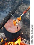 Приготовление борща в котелке на костре. Стоковое фото, фотограф Круглов Олег / Фотобанк Лори