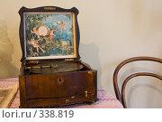 Купить «Фонограф в интерьере», фото № 338819, снято 26 июня 2008 г. (c) Илья Телегин / Фотобанк Лори