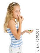 Купить «Девочка держит в руках горсть разноцветных шоколадных конфет», фото № 340035, снято 28 июня 2008 г. (c) Вадим Пономаренко / Фотобанк Лори