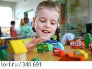 Купить «Играющий мальчик The playing child», фото № 340691, снято 18 ноября 2017 г. (c) Losevsky Pavel / Фотобанк Лори