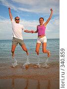 Мужчина и женщина прыгают на фоне моря. Стоковое фото, фотограф Losevsky Pavel / Фотобанк Лори