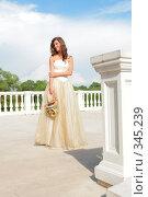 Купить «Девушка в бело-золотом платье», фото № 345239, снято 3 июля 2008 г. (c) Astroid / Фотобанк Лори