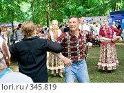 Купить «Люди, танцующие под аккомпанемент народного ансамбля», фото № 345819, снято 12 июня 2008 г. (c) Михаил Котов / Фотобанк Лори