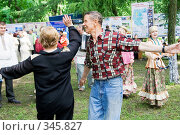 Купить «Люди, танцующие под аккомпанемент народного ансамбля», фото № 345827, снято 12 июня 2008 г. (c) Михаил Котов / Фотобанк Лори
