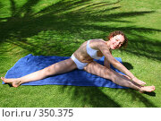 Купить «Женщина в купальнике делает растяжку», фото № 350375, снято 15 мая 2007 г. (c) Losevsky Pavel / Фотобанк Лори