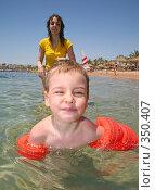 Купить «Ребенок и мать плавают в море», фото № 350407, снято 15 мая 2007 г. (c) Losevsky Pavel / Фотобанк Лори
