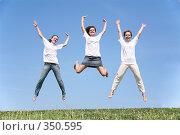 Купить «Девушки в белых футболках в прыжке», фото № 350595, снято 15 ноября 2019 г. (c) Losevsky Pavel / Фотобанк Лори