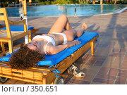 Купить «Женщина отдыхает у бассейна», фото № 350651, снято 17 мая 2007 г. (c) Losevsky Pavel / Фотобанк Лори