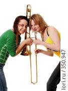 Две веселые девчонки с тромбоном. Стоковое фото, фотограф Варвара Воронова / Фотобанк Лори