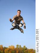 Купить «Роллер прыгает», фото № 351091, снято 23 августа 2019 г. (c) Losevsky Pavel / Фотобанк Лори
