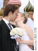 Купить «Жених с невестой на фоне Собора Василия Блаженного», фото № 351179, снято 24 апреля 2019 г. (c) Losevsky Pavel / Фотобанк Лори