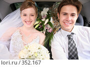 Купить «Жених с невестой в автомобиле», фото № 352167, снято 19 августа 2018 г. (c) Losevsky Pavel / Фотобанк Лори