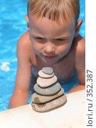 Купить «Мальчик смотрит на пирамиду из камней», фото № 352387, снято 18 ноября 2017 г. (c) Losevsky Pavel / Фотобанк Лори