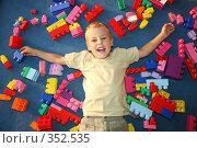 Купить «Мальчик лежит на полу среди деталей конструктора», фото № 352535, снято 16 декабря 2018 г. (c) Losevsky Pavel / Фотобанк Лори