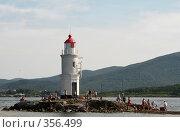 Купить «Отдыхающие на маяке. г.Владивосток», фото № 356499, снято 2 сентября 2007 г. (c) Наталья Чуб / Фотобанк Лори