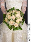 Букет цветов на свадебном платье. Стоковое фото, фотограф Алексей Камалдинов / Фотобанк Лори