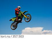 Купить «Мотоцикл на фоне неба», фото № 357503, снято 6 июля 2008 г. (c) Евгений Батраков / Фотобанк Лори