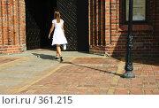 Купить «Девушка в белом платье входит в двери старинного кирпичного здания», фото № 361215, снято 16 августа 2006 г. (c) Елена Ликина / Фотобанк Лори