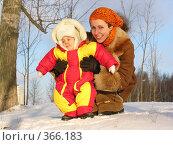 Купить «Мама с ребенком. Зима», фото № 366183, снято 10 декабря 2005 г. (c) Losevsky Pavel / Фотобанк Лори