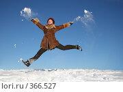 Купить «Девушка в прыжке. Зима.», фото № 366527, снято 21 января 2018 г. (c) Losevsky Pavel / Фотобанк Лори