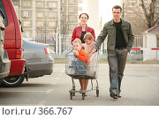 Купить «Семья с покупками Family on shop parking», фото № 366767, снято 11 ноября 2019 г. (c) Losevsky Pavel / Фотобанк Лори