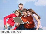 Купить «Люди с ноутбуком», фото № 366795, снято 16 августа 2018 г. (c) Losevsky Pavel / Фотобанк Лори