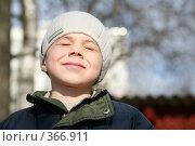 Купить «Мальчик щурится на весеннем солнце», фото № 366911, снято 13 ноября 2018 г. (c) Losevsky Pavel / Фотобанк Лори