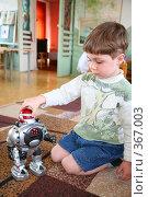 Купить «Мальчик играет в робота», фото № 367003, снято 14 декабря 2018 г. (c) Losevsky Pavel / Фотобанк Лори