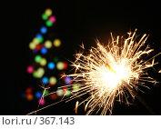 Купить «Бенгальский огонь и новогодняя елка», фото № 367143, снято 19 февраля 2019 г. (c) Losevsky Pavel / Фотобанк Лори