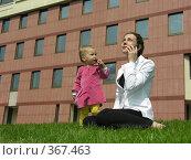 Купить «Деловая женщина и маленькая девочка», фото № 367463, снято 30 июля 2006 г. (c) Losevsky Pavel / Фотобанк Лори