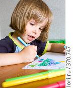 Купить «Девочка рисует», фото № 370747, снято 2 апреля 2020 г. (c) паша семенов / Фотобанк Лори