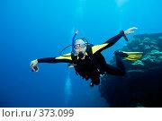 Купить «Дайвер с камерой, в полете под водой», фото № 373099, снято 20 октября 2018 г. (c) Ольга Хорошунова / Фотобанк Лори