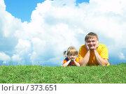 Купить «Папа и дочка лежат на траве», фото № 373651, снято 9 июля 2008 г. (c) Анатолий Типляшин / Фотобанк Лори