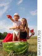 Купить «Мама с дочкой на пикнике едят арбуз», фото № 373703, снято 26 июля 2007 г. (c) Гладских Татьяна / Фотобанк Лори