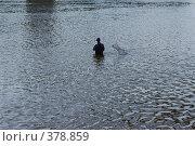 Купить «Человек ловит рыбу, стоя по пояс в воде», фото № 378859, снято 21 мая 2018 г. (c) Михаил Ковалев / Фотобанк Лори